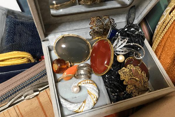 着物やブローチ・貴金属など古いお品もお任せ下さい