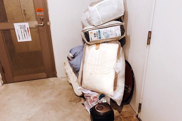 ゴミ捨て場に不法投棄された粗大ごみを回収