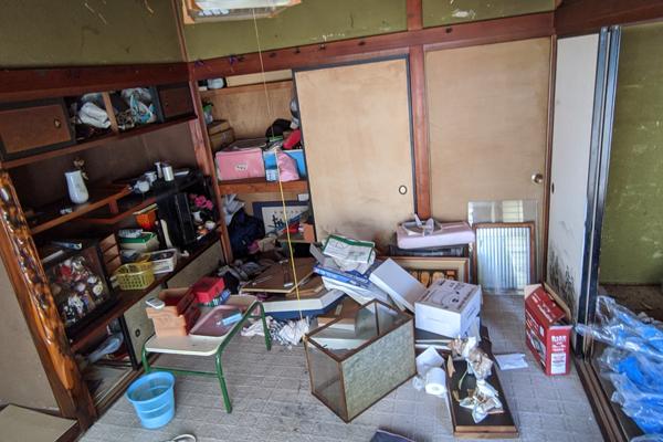 一軒家解体工事前の残置物撤去作業